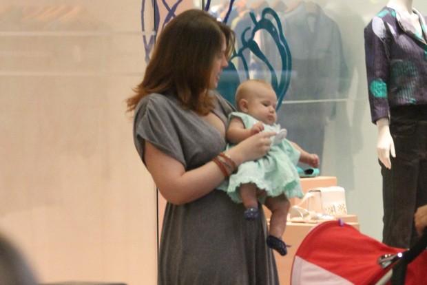 Carolinie Figueiredo passeia com a filha em shopping do Rio (Foto: Clayton Militão / Photo Rio News)