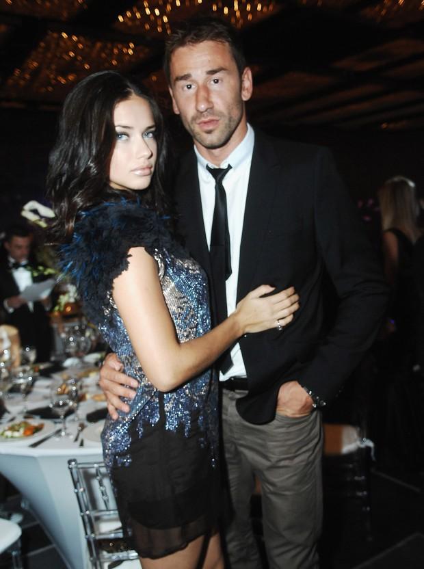 Grávida, Adriana Lima com o marido Marko Jaric no Gala Brazil Foundation em Miami, nos Estados Unidos (Foto: Getty Images/ Agência)