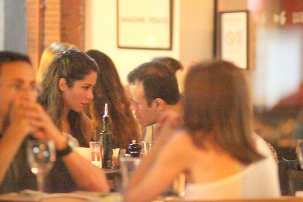 Ex-BBBs Maria e Daniel em restaurante na Zona Sul do Rio (Foto: Fausto Candelária/ Ag. News)