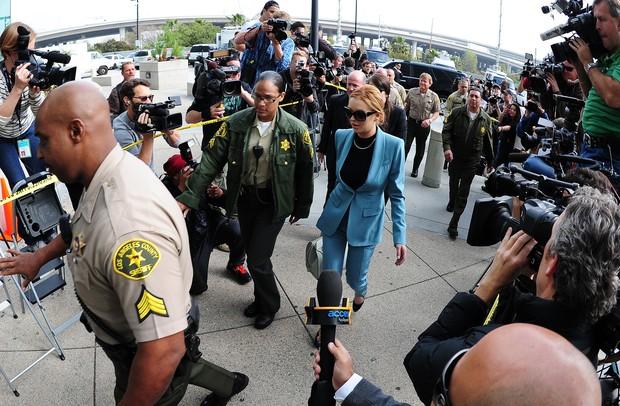 Lindsay Lohan chegando ao tribunal para a audiência sobre sua condicional (Foto: AFP)