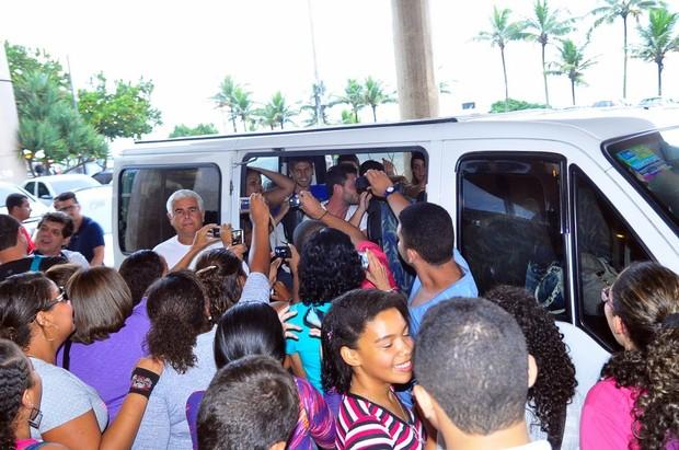 Ex-BBBs entrando na van (Foto: Roberto Teixeira / EGO)