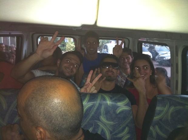 Ex-BBBs dentro da van que vai para o Projac (Foto: Monique Arruda / EGO)