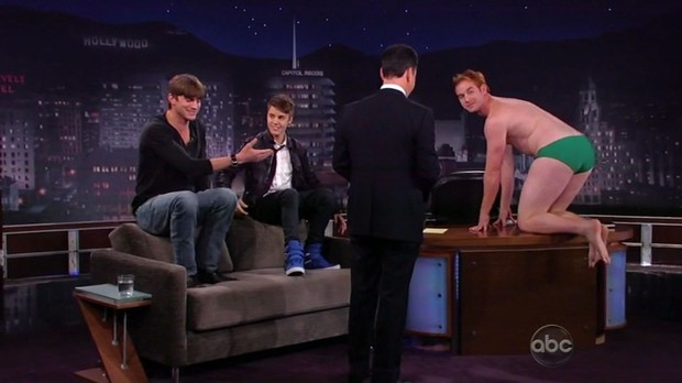 Ashton Kutcher e Justin Bieber em programa de TV (Foto: Reprodução)