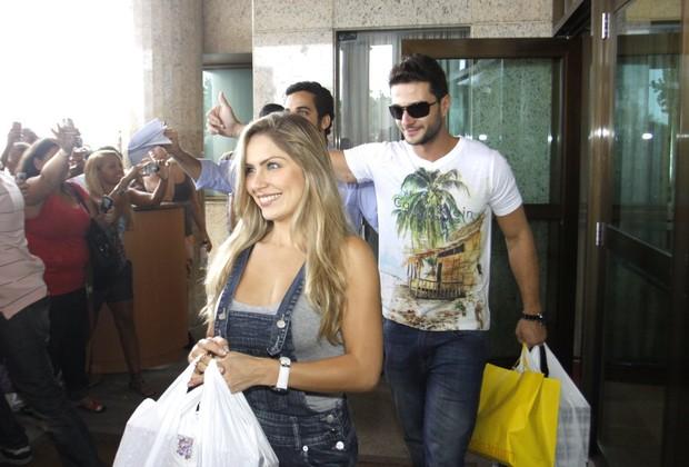 Ex-BBBs saindo do Hotel Windsor (Foto: Marcos Serra Lima / EGO)