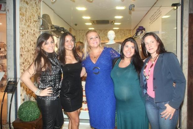 Priscila, Michelle Martins e Sandy 'No Limite' posam com donas de loja (Foto: Robson Moreira/Divulgação)