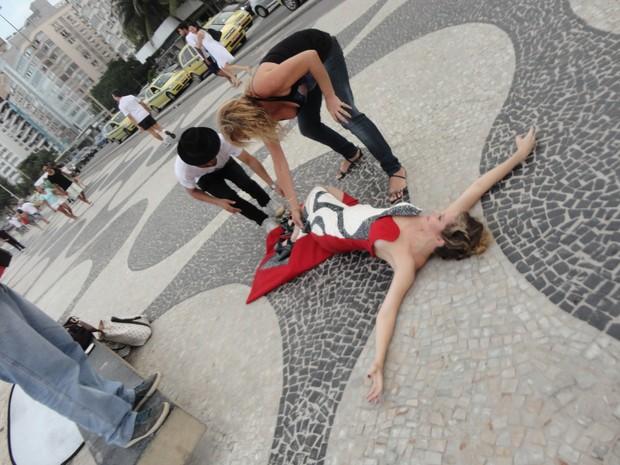 Astrid Monteiro de Carvalho posa no calçadão de Copacabana (Foto: Divulgação)