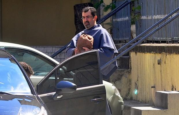 Frei carrega a urna com as cinzas de Chico Anysio (Foto: Roberto Teixeira / EGO)
