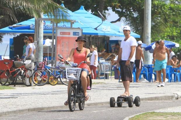 Cássia Linhares passeia com a família pela orla da Barra (Foto: Delson Silva e Gabriel Reis / AgNews)