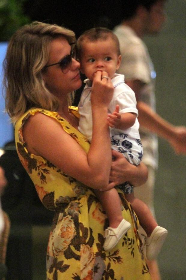 Juliana Silveira dá comida para o filho (Foto: Marcus Pavão / AgNews)