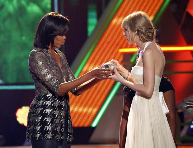 Michelle Obama entrega troféu a Taylor Swift no Kids Choice Awards (Foto: Reuters)