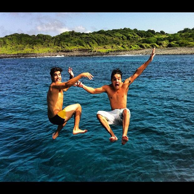Caio Castro e Guilherme Boury em Fernando de Noronha (Foto: Twitter / Reprodução)