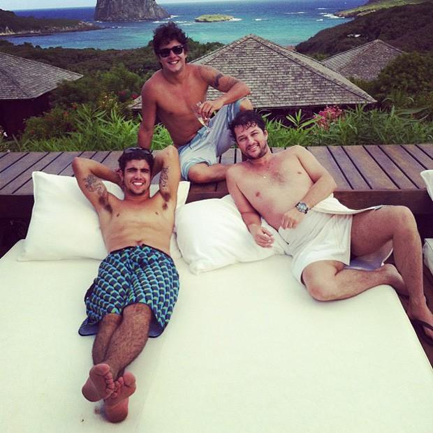 Caio Castro, Guilherme Boury e Marcelo Serrado em Fernando de Noronha (Foto: Twitter / Reprodução)