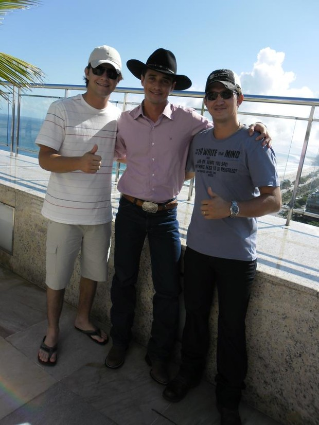 Fael, campeão do 'BBB 12', com os irmão em hotel na Barra da Tijuca, Zona Oeste do Rio (Foto: Divulgação)