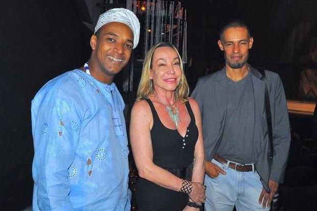 Joe Anderson (pai de santo), Cristina Fadul (cartomante) e Paulo de Jesus na estreia de 'Cabaret' (Foto: Roberto Teixeira/ EGO)