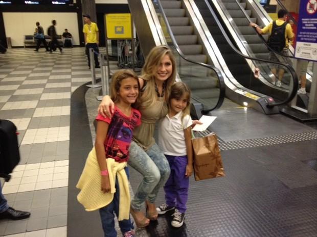 A ex-BBB Renata para para tirar foto com fãs no aeroporto de Congonhas (Foto: Divulgação)