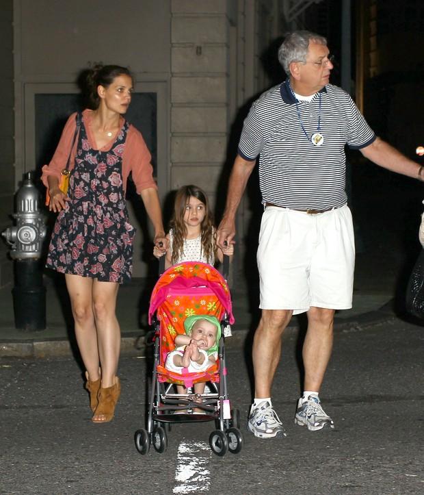 Katie Holmes, Suri Cruise e o avô, Martin (Foto: Grosby Group/Agência)
