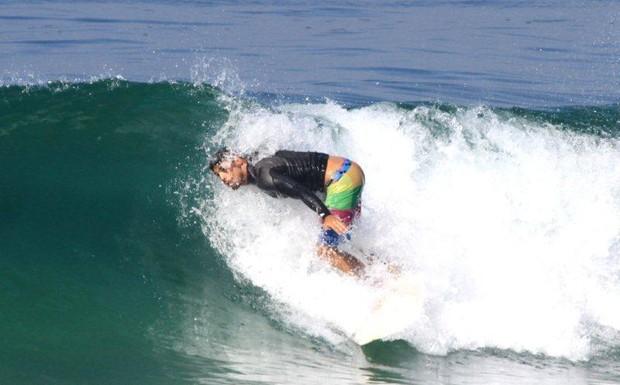Cauã surfando (Foto: Delson Silva/ Ag. News)