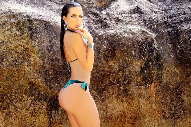Carla Prata, ex-assistente do Faustão, posa de biquíni em ensaio na praia (Foto: Davi Borges/ Divulgação)