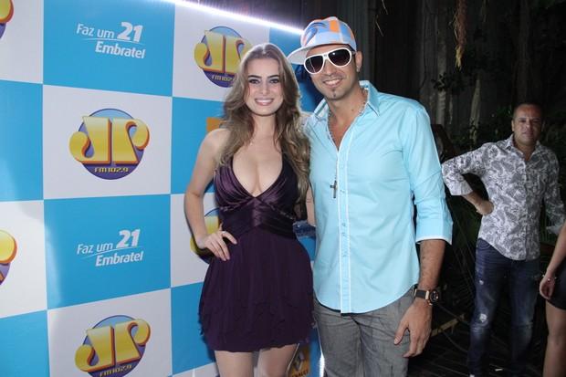 Latino e a namorada Rayanne Moraes em show no Rio (Foto: Thyago Andrade/ Photo Rio News)