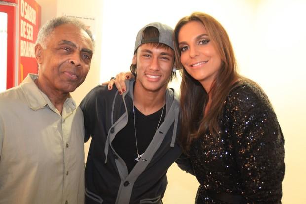 Neymar posa com Gilberto Gil e Ivete Sangalo nos bastidores da gravação do DVD de Thiaguinho  em São Paulo (Foto: Fred Pontes/ Divulgação)