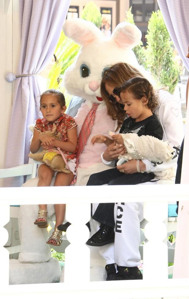 Jennifer Lopez e os filhos Maximiliam e Emme posam com um coelhinho da Páscoa em Los Angeles, nos Estados Unidos (Foto: Grosby Group/ Agência)