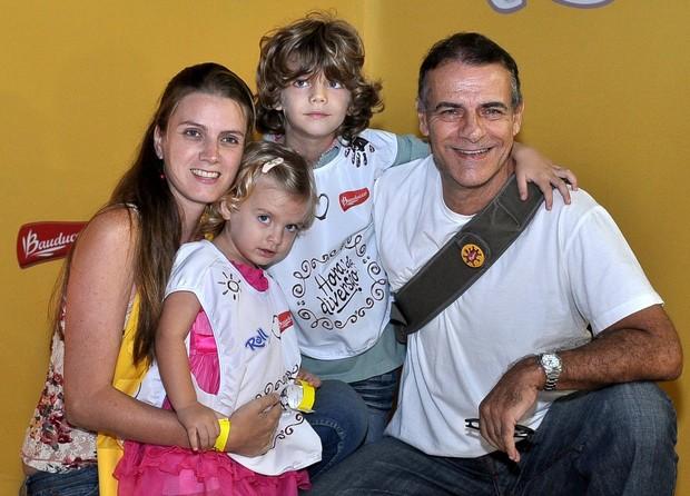 Mário Gomes e família (Foto: Roberto Teixeira/ EGO)