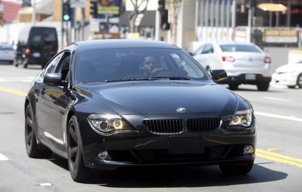 Connor Cruise, filho de Tom Cruise e Nicole Kidman, anda de carrão por Hollywood (Foto: X17/Agência)