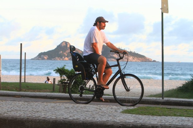 Thiago Lacerda pedala na orla da Barra (Foto: Delson Silva / Ag News)