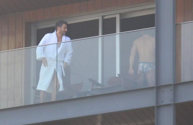 Marc Jacobs e namorado relaxam na varanda de hotel (Foto: Rodrigo dos Anjos/Ag News)