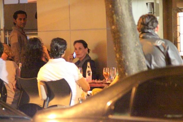 Carolina Ferraz com amigos em restaurante no Rio (Foto: Fausto Candelária/ Ag. News)