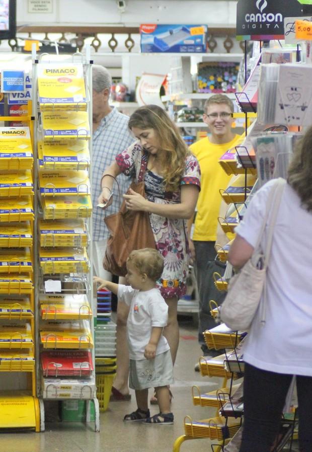 Cláudia Abreu vai à loja de brinquedos com o filhos no Leblon no RJ (Foto: Fauto Candelaria/ Ag. News)