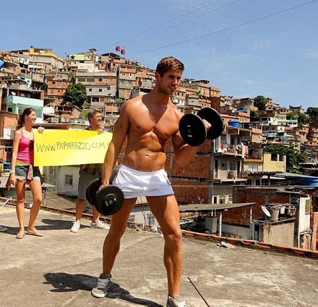 O ex-BBB Jonas posa para o Paparazzo (Foto: Luciana Tancredo / Cia da Foto)