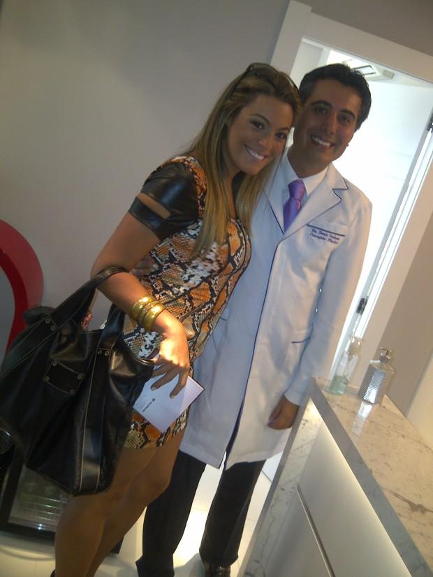 Ex-BBB Monique posa com médico no consultório (Foto: Twitter/Reprodução)