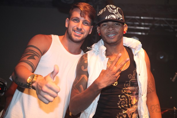 Ex-BBB Diogo posa com integrante da banda 05% em Belo Horizonte, Minas Gerais (Foto: Gustavo Freitas/ Ag. Fred Pontes)