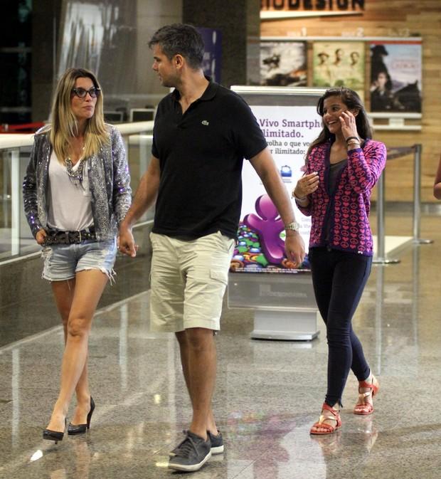 Flávia Alessandra com o marido Otaviano Costa e a filha Giulia em shopping no Rio (Foto: Marcus Pavão/ Ag. News)