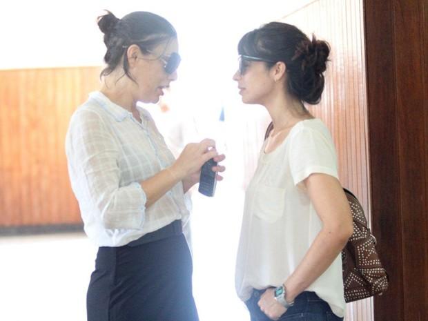 Filha de Marly Bueno conversa com Maria Ribeiro no velório da mãe (Foto: Onofre Veras / AgNews)