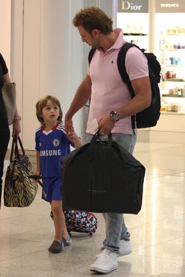 Cássio Reis e o filho Noah no aeroporto Santos Dumont (Foto: Henrique Oliveira / Photo Rio News)
