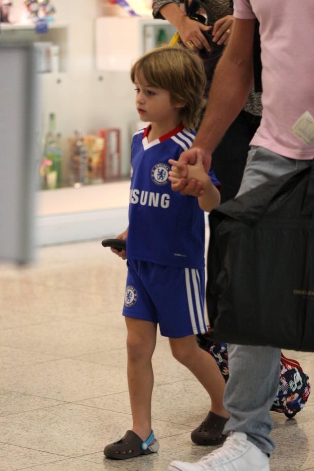 Noah, filho de Cássio Reis e Danielle Winits, no aeroporto Santos Dumont (Foto: Henrique Oliveira / Photo Rio News)