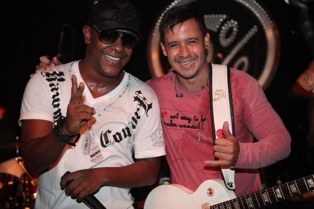 Marcio Vitor, do banda Psirico, e Topera, da banda 05%, em show em Belo Horizonte, Minas Gerais (Foto: Gustavo Freitas/ Ag. Fred Pontes)