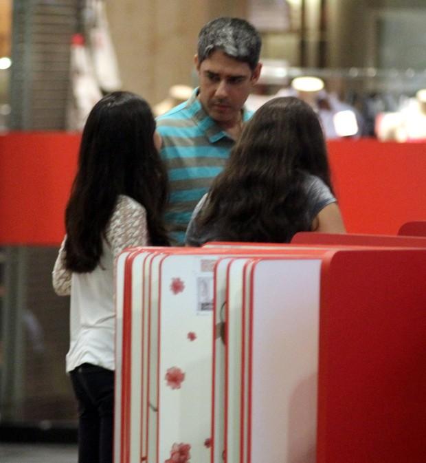 William Bonner com as filhas, Laura e Beatriz, em shoppingo no Rio (Foto: Marcus Pavão / Ag. News)