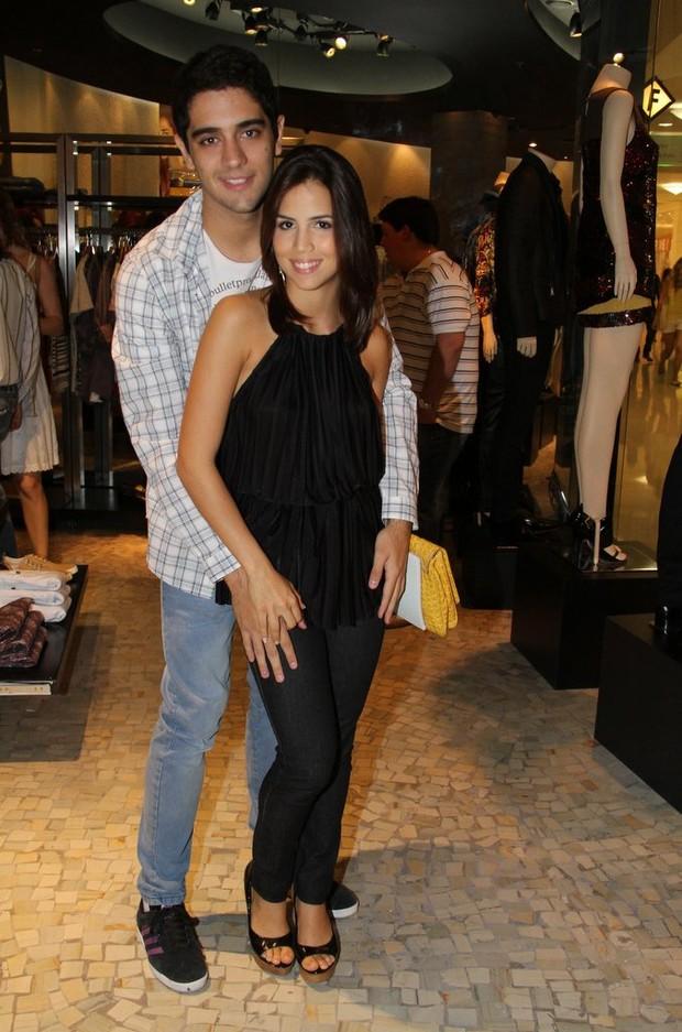 Miguel Rômulo e Pérola Faria se beijam em inauguração de loja (Foto: Ag News/ Daniel Delmiro)