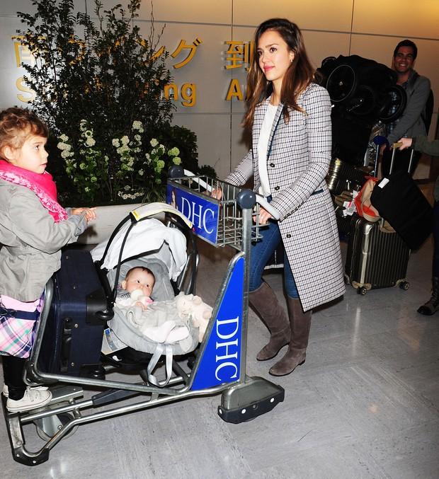 Jessica Alba em Tóquio com as filhas (Foto: Getty Images)