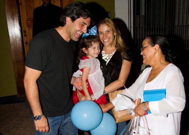 Eduardo Guedes com a mulher, Daniela Zurita, e a filha na festa de aniversário de Maria Alice, filha de Ronaldo (Foto: Danilo Carvalho / Ag. News)
