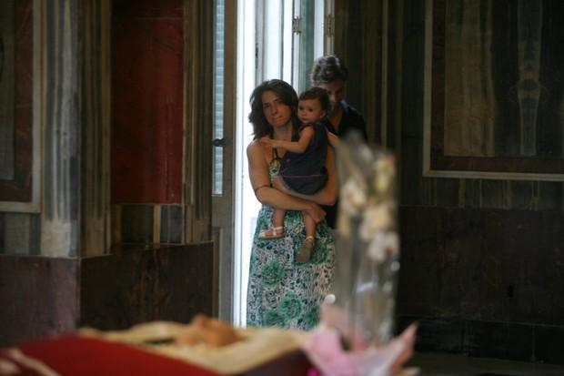 Letícia Spiller com a filha, Stela, no velório do cineasta Paulo Cezar Saraceni (Foto: André Muzell / Ag. News)