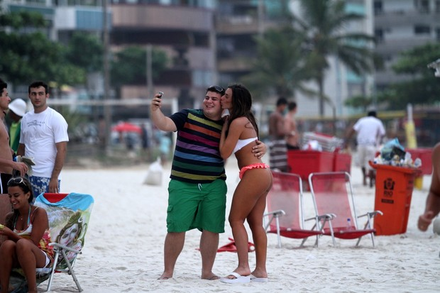 Nicole Bahls atende fã em praia carioca (Foto: Clayton Militão / Photo Rio News)