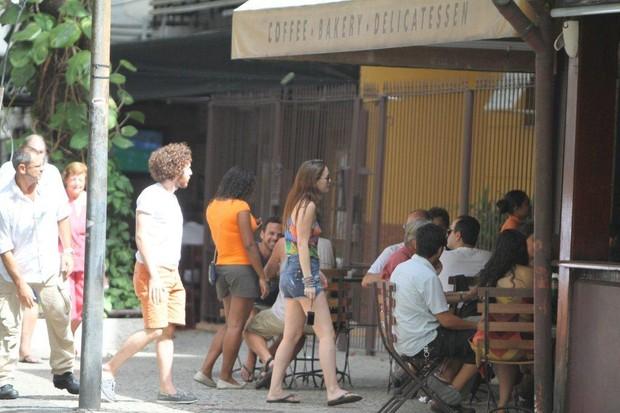 Leighton Meester, de 'Gossip Girls', e o namorado, Aaron Himelstein, vão a restaurante em Ipanema, na Zona Sul do Rio (Foto: André Freitas / Ag. News)