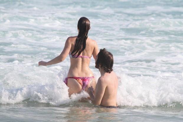 Leighton Meester e namorado na praia (Foto: Delson Silva/Ag. News)