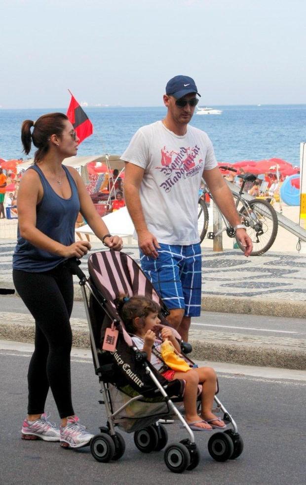 Nalbert com a familia na orla do Leblon no RJ (Foto: J.Humberto/ Ag. News)
