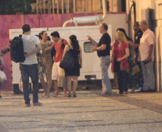 Claudia Raia deixa teatro com o namorado (Foto: Fausto Candelária/ Agnews)