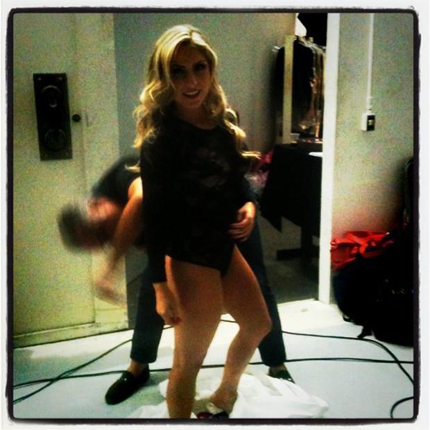 A ex-BBB Renata nos bastidores do ensaio para a 'Playboy' (Foto: Twitter / Reprodução)